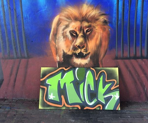 Graffiti workshop naam op canvas spuiten